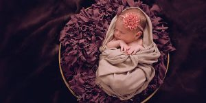 Sesja noworodkowa Poli. Beż, brąz i róż, kolory idealne dla dziewczynki.